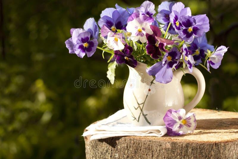 Ramalhete de bandejas das flores imagem de stock