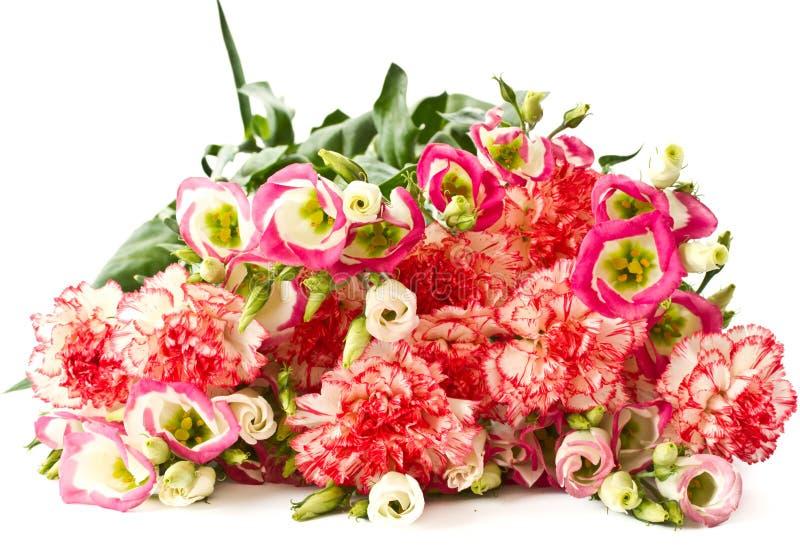 Ramalhete de cravos e de flores cor-de-rosa do lisianthus foto de stock