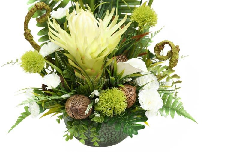 Ramalhete de flores artificiais no vaso de flores, isolado imagens de stock