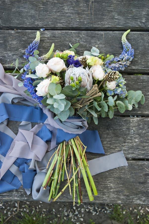 Ramalhete de flores bonitas na placa de madeira fotos de stock