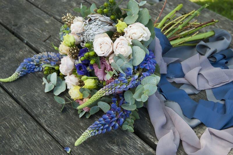 Ramalhete de flores bonitas na placa de madeira imagem de stock royalty free