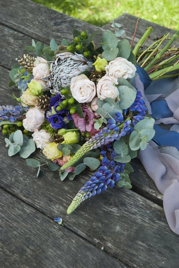 Ramalhete de flores bonitas na placa de madeira foto de stock