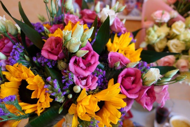 Ramalhete de flores coloridos em um fundo escuro Ramalhete colorido de flores frescas diferentes Fundo rústico da flor fim foto de stock