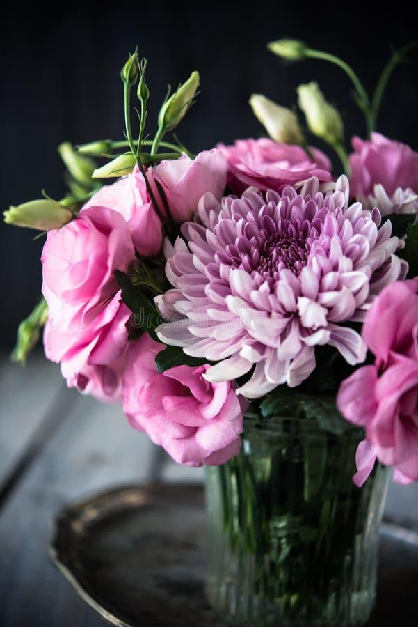 Ramalhete de flores cor-de-rosa na decoração do vintage do vaso foto de stock royalty free