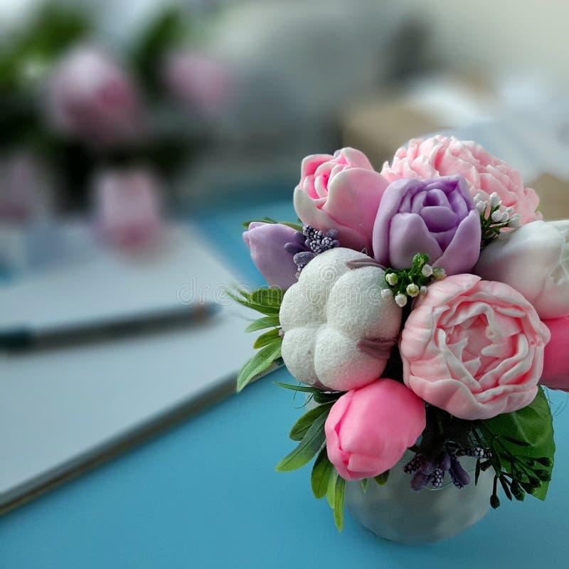 Ramalhete de flores do sabão no fundo azul borrado imagem de stock