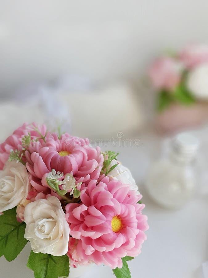 Ramalhete de flores do sabão no fundo borrado imagem de stock