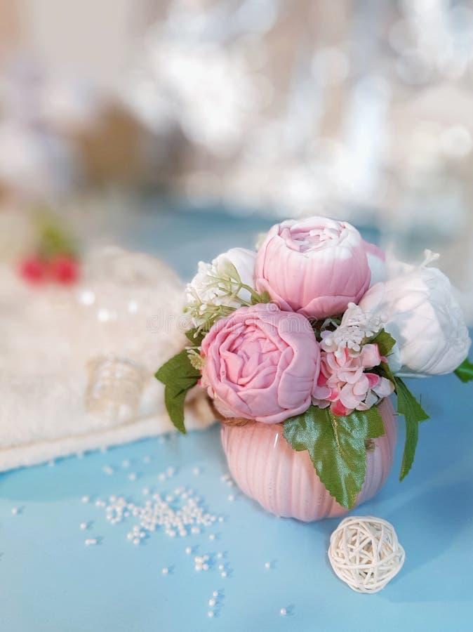 Ramalhete de flores do sabão no vaso cor-de-rosa no fundo borrado fotografia de stock