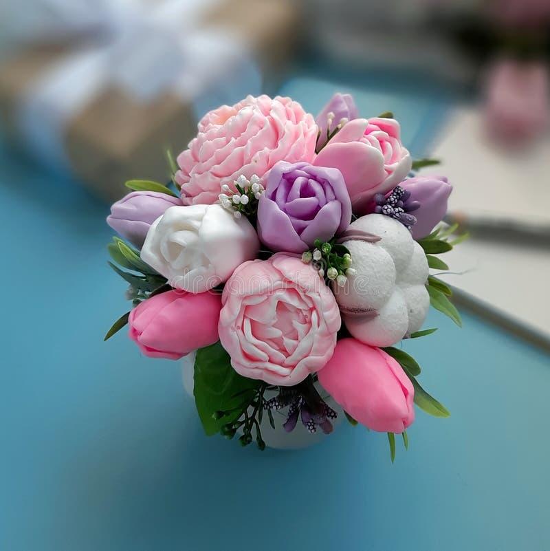 Ramalhete de flores do sab?o no fundo azul borrado imagens de stock