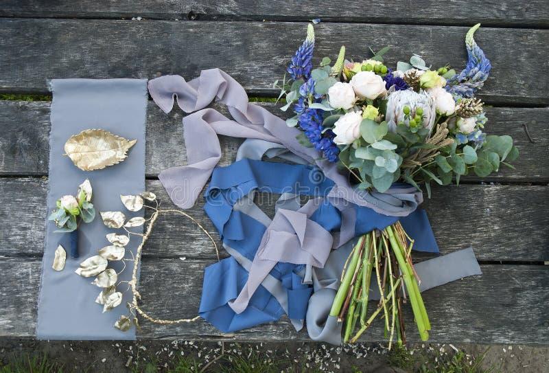 Ramalhete de flores e de acessórios bonitos das noivas imagem de stock