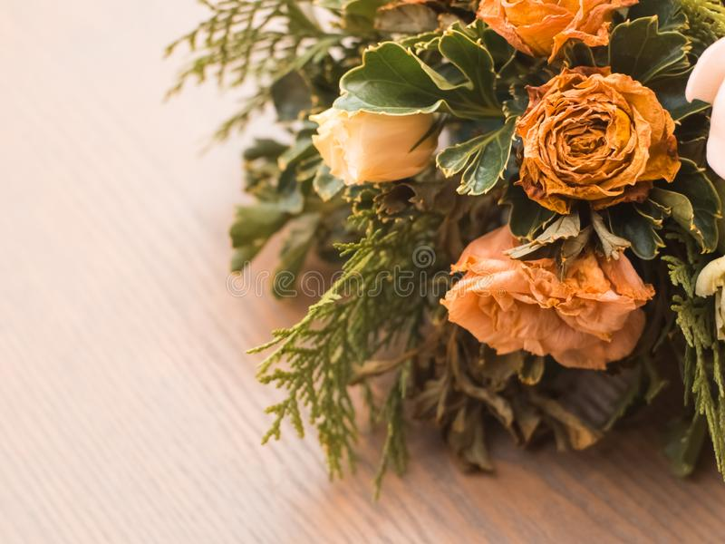 Ramalhete de flores misturadas no fundo de madeira, rosas, cravo, Eustoma, flores secas fotos de stock