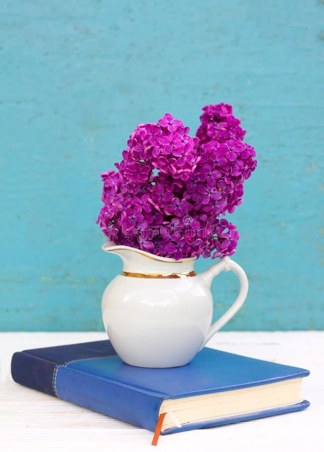 Ramalhete de flores roxas lilás fotos de stock