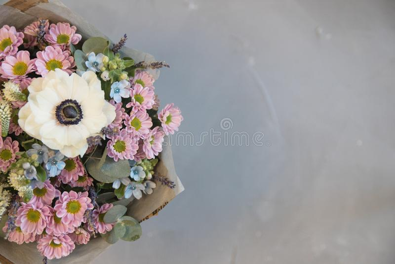 Ramalhete de florescência muito agradável da hortênsia fresca, eustoma, rosas, eucalipto, alfazema, flores em cor-de-rosa e de cr fotos de stock royalty free
