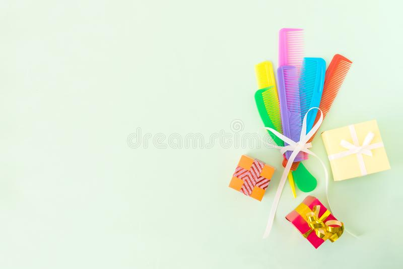 Ramalhete de muitos pentes plásticos multi-coloridos diferentes do cabelo, cres imagens de stock