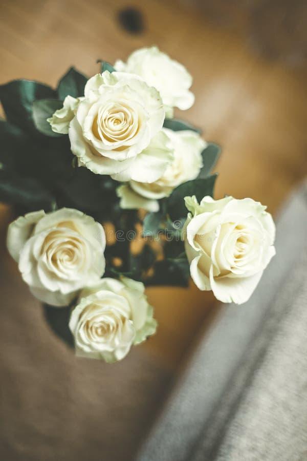 Ramalhete de pálido - rosas amarelas no fundo de madeira do kight imagens de stock royalty free