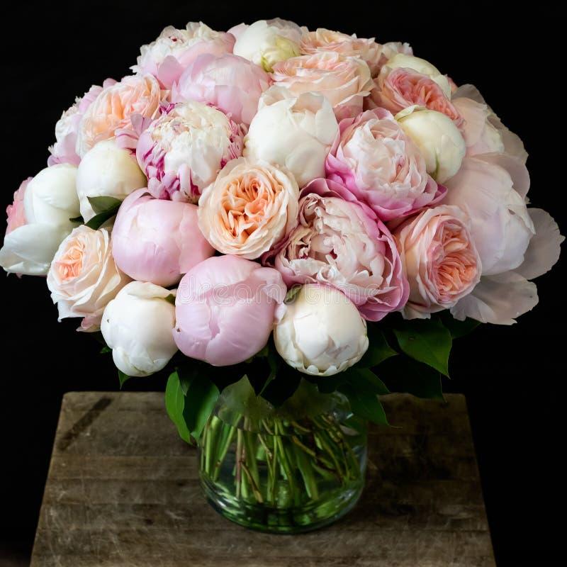 Ramalhete de peônias e de rosas cor-de-rosa da peônia em um quadro quadrado fotos de stock royalty free