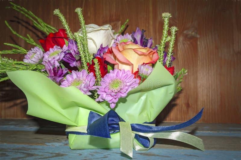 Ramalhete de rosas brancas vermelhas e de crisântemos roxos fotografia de stock