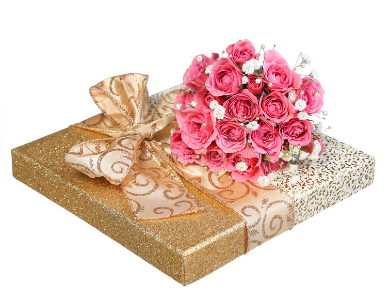Ramalhete de rosas cor-de-rosa e da caixa de presente do ouro isolada no branco imagens de stock royalty free