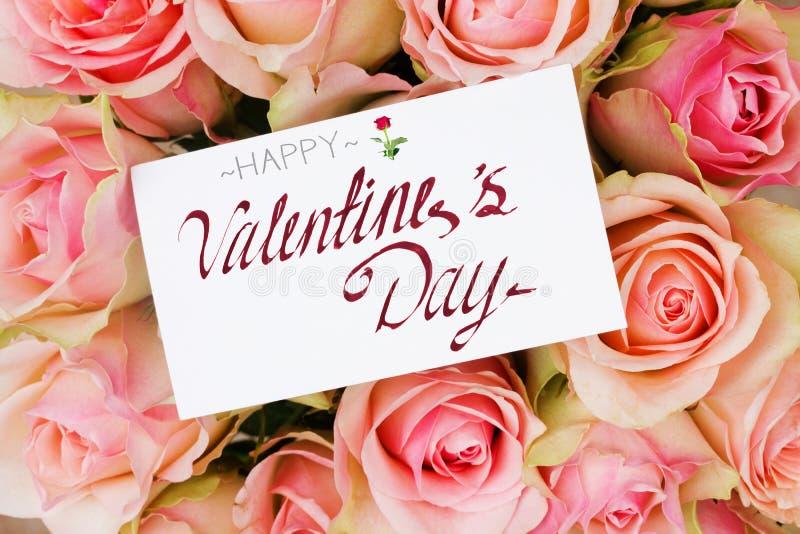 Ramalhete de rosas cor-de-rosa no cartão do basketwith imagens de stock royalty free