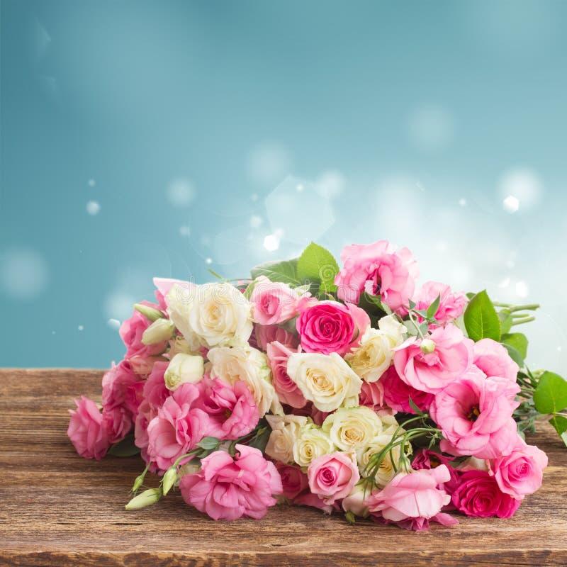 Ramalhete de rosas frescas fotos de stock royalty free
