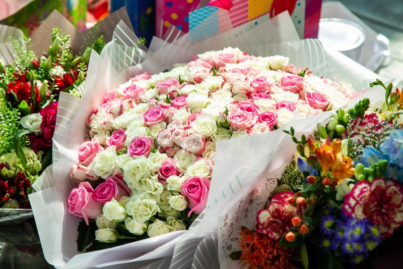 Ramalhete de rosas multi-coloridas pequenas imagem de stock royalty free