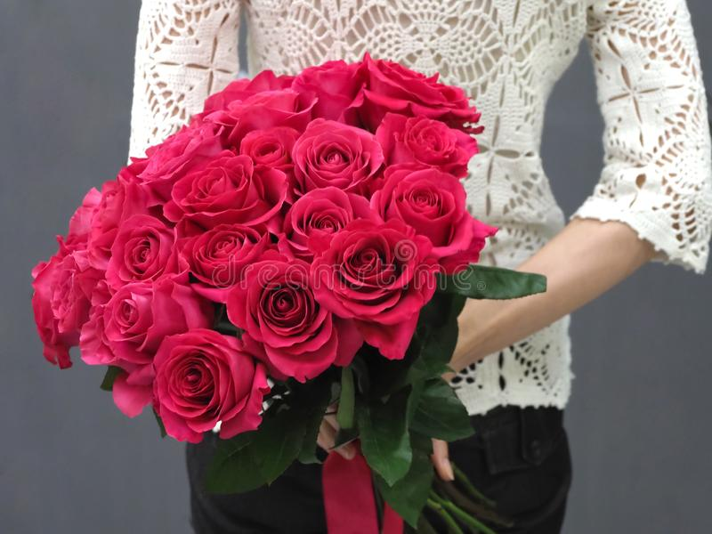 Ramalhete de rosas vermelhas atrás de sua parte traseira foto de stock royalty free