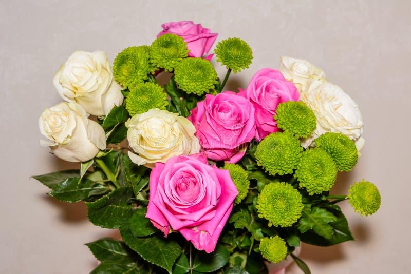 Ramalhete de rosas vermelhas, brancas e de crisântemos imagem de stock