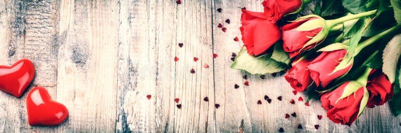 Ramalhete de rosas vermelhas com coração decorativo O conce do Valentim do St fotos de stock royalty free