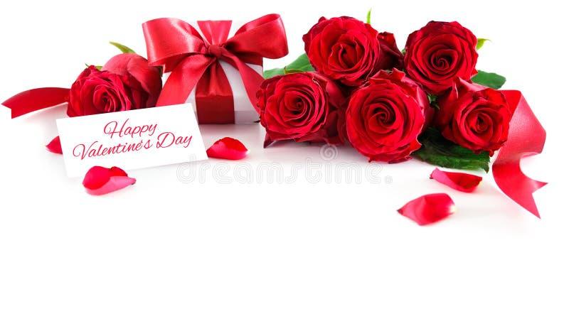 Ramalhete de rosas vermelhas e de caixa de presente isoladas no fundo branco fotografia de stock royalty free