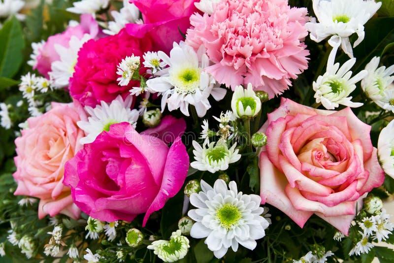 Ramalhete de rosas vermelhas e cor-de-rosa imagens de stock royalty free