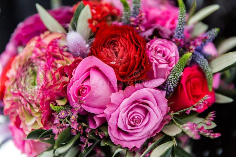 Ramalhete de rosas vermelhas e cor-de-rosa fotografia de stock