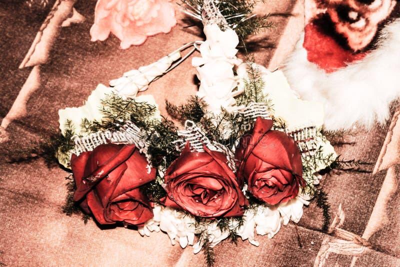 Ramalhete de três rosa bonito rosas bengalis decoradas do casamento no fundo do vestuário do casamento fotos de stock royalty free