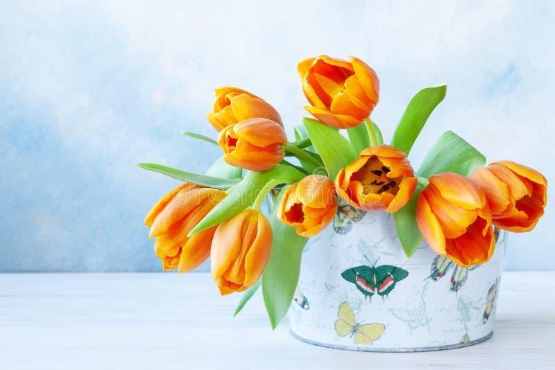 Ramalhete de tulipas alaranjadas Conceito para o dia de Valentim, o dia das mulheres e outros eventos românticos Vista superior,  foto de stock royalty free