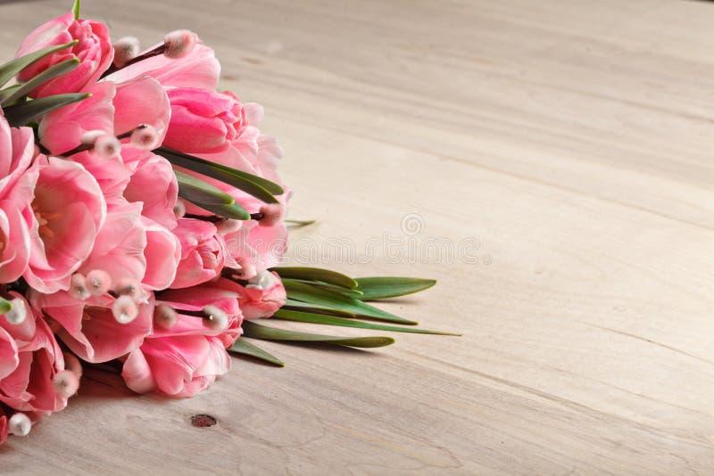 Ramalhete de tulipas frescas cor-de-rosa no fundo de madeira foto de stock royalty free