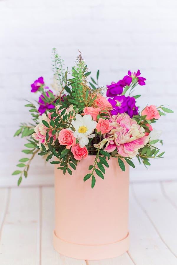 Ramalhete de várias flores em um fundo branco imagem de stock royalty free