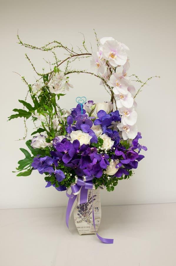 Ramalhete do arranjo das rosas e das orquídeas fotografia de stock