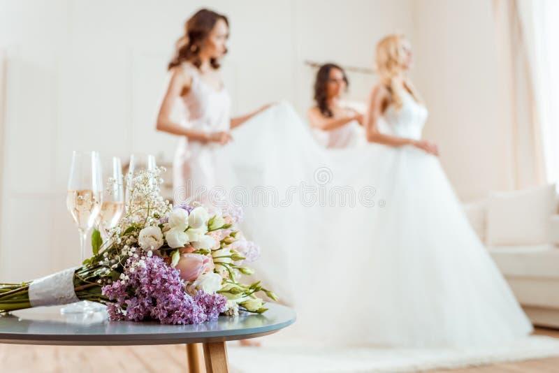 Ramalhete do casamento com noiva e damas de honra imagens de stock