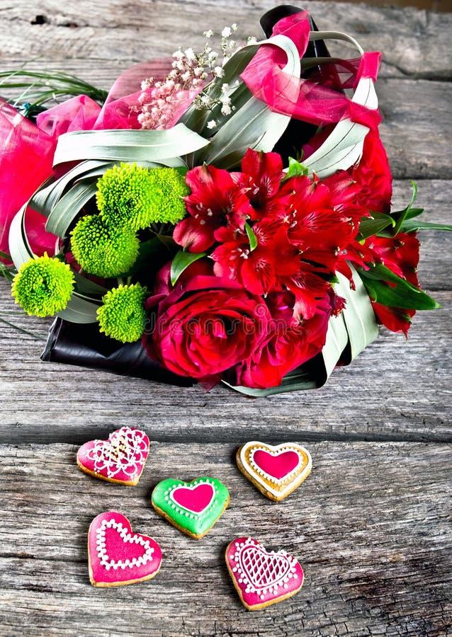 Ramalhete do casamento com o pão-de-espécie da forma do coração na madeira fotos de stock royalty free