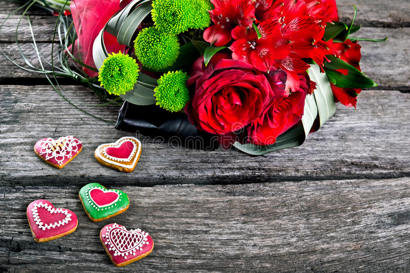 Ramalhete do casamento com o pão-de-espécie da forma do coração na madeira fotografia de stock