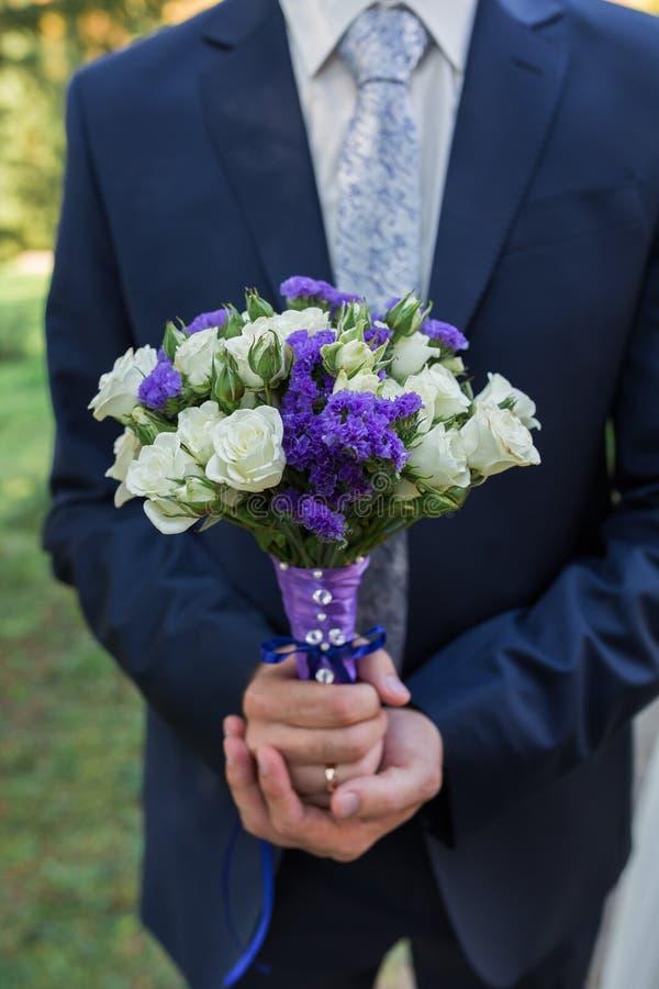 Ramalhete do casamento da posse do noivo à disposição fotos de stock
