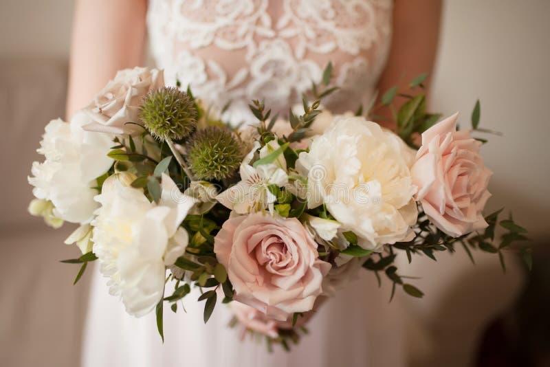 Ramalhete do casamento das rosas brancas da peônia e de café Lotes das hortaliças foto de stock royalty free