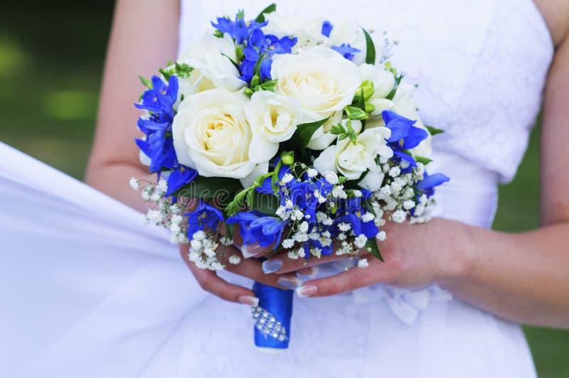 Ramalhete do casamento das rosas brancas e da fita azul imagens de stock royalty free