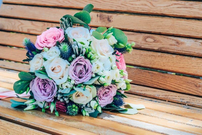 Ramalhete do casamento de rosas roxas e bege e do lisianthus neve-branco Close-up imagem de stock royalty free