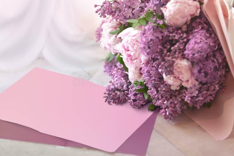 Ramalhete do casamento de um lilás e das peônias em uma tabela do mármore com o lugar para o texto ou a descrição fotos de stock