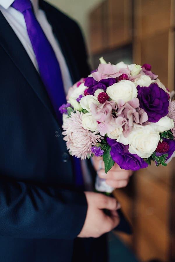 Ramalhete do casamento em tons roxos fotos de stock