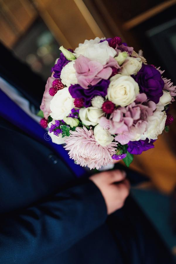 Ramalhete do casamento em tons roxos imagens de stock