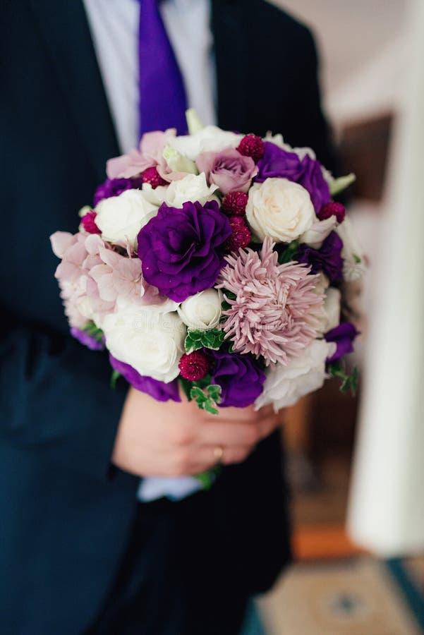 Ramalhete do casamento em tons roxos fotografia de stock royalty free