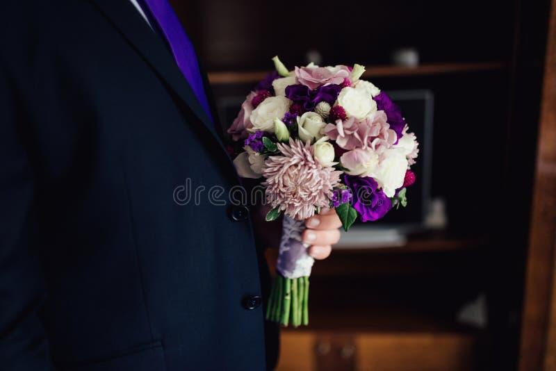 Ramalhete do casamento em tons roxos imagem de stock royalty free