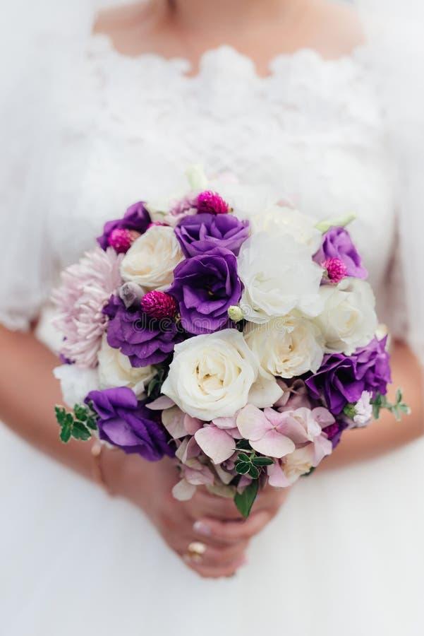 Ramalhete do casamento em tons roxos foto de stock royalty free