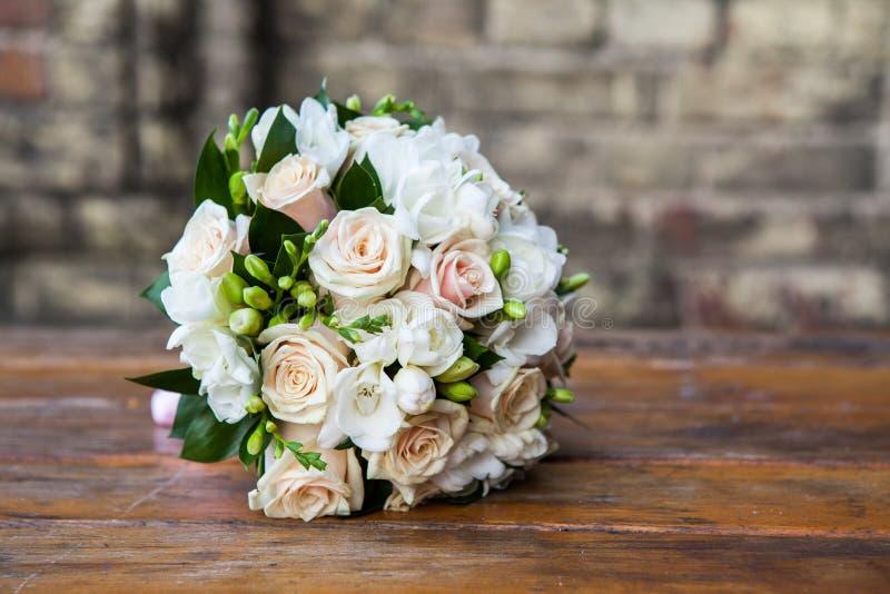 Ramalhete do casamento em uma tabela foto de stock royalty free