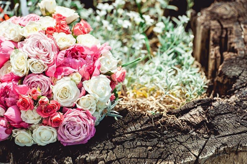 Ramalhete do casamento feito da peônia e das rosas imagem de stock